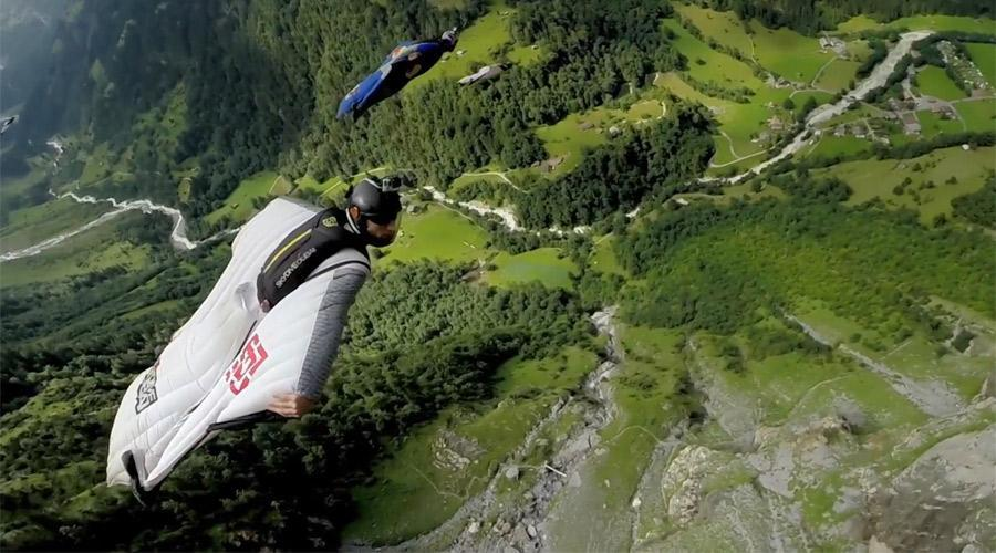 پروازی خطرناک بر فراز قله برومو در اندونزی