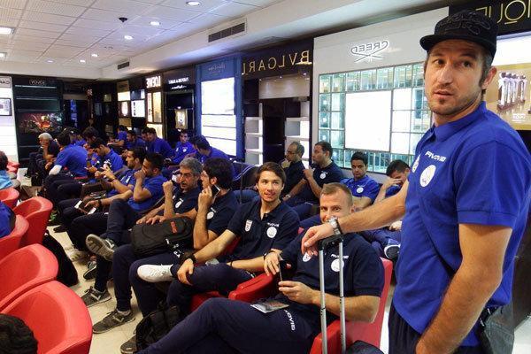 تیم ملی فوتبال ایران راهی ایتالیا شد، تماشای وزنه برداری درفرودگاه