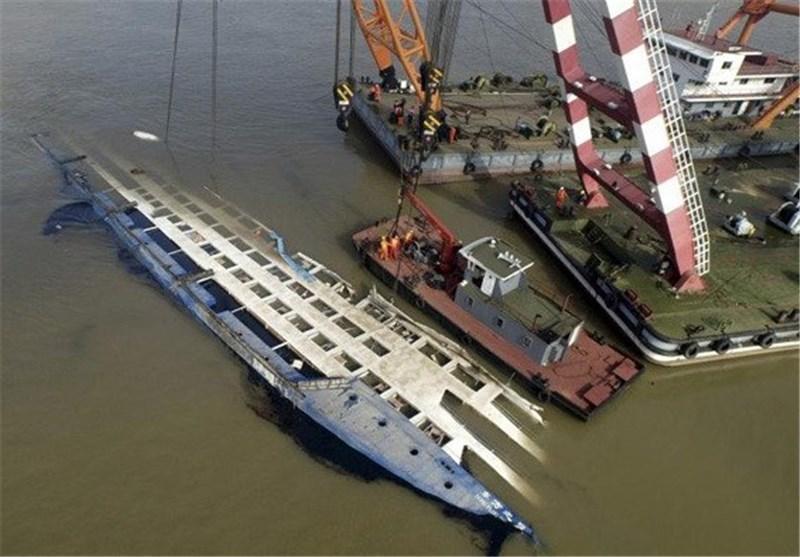 تصاویر بازگرداندن کشتی غرق شده چین